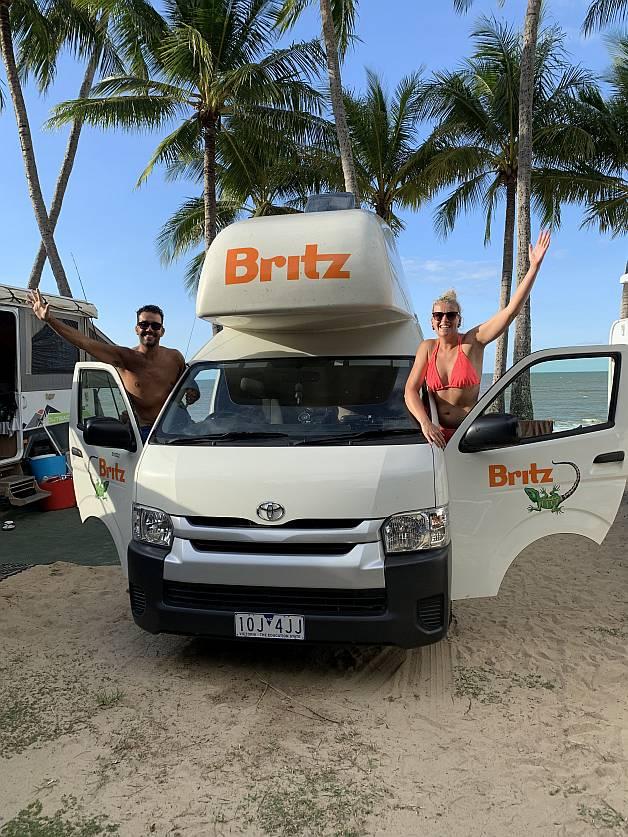 Lenie en Benny Jaspers Ellis Beach Australie met Britz Hitop camper